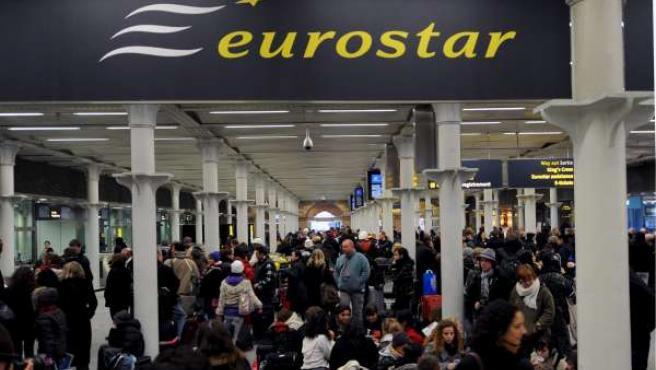 Varios pasajeros esperan una solución para los servicios suspendidos en la estación de ferrocarriles de St. Pancras, en Londres.