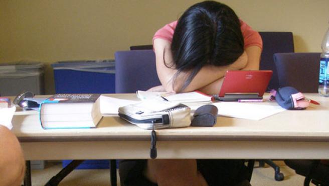 Una trabajadora descansa en su puesto de trabajo.