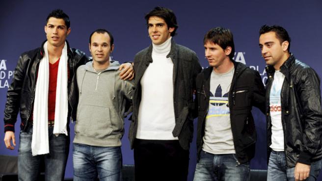 Los candidatos a FIFA World Player 2009 (de i a d) el portugués Ronaldo, Iniesta, el brasileño Kaká, el argentino Messi y Xavi Hernández.