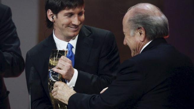 "El argentino Leo Messi (i) recibe de manos del presidente de la FIFA, Joseph Blatter (d), el premio a ""Mejor Jugador Mundial 2009""."