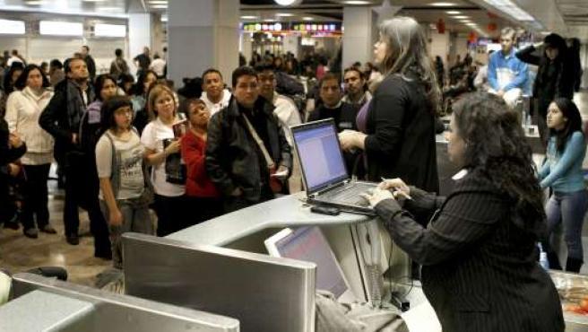 Pasajeros de origen ecuatoriano afectados por el cierre de Air Comet.