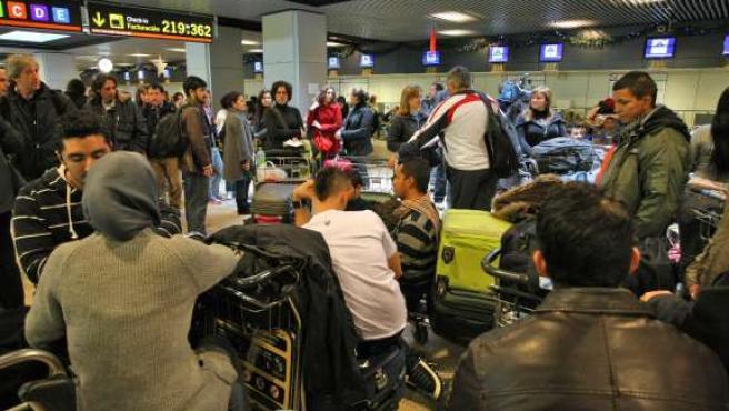 Viajeros afectados por el cierre de Air Comet esperan en el aeropuerto de Barajas (Madrid).