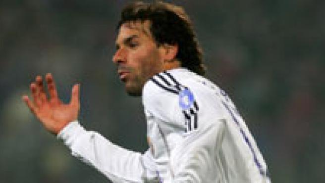 Pernía, Van Nistelrooy y Milito, jugadores que podrían cambiar de equipo.