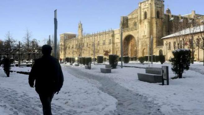 El temporal de nieve mantiene en alerta a ciudades como León.
