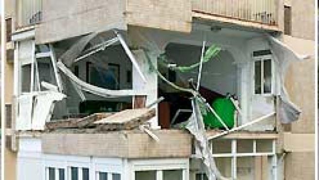 En el centro, imagen de una casa destrozada por el viento en Cádiz. A la izquierda y a la derecha, las riadas provocadas por las lluvias en Granada.