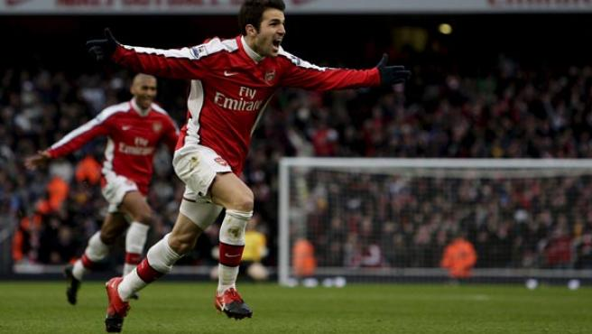 Cesc Fábregas, centrocampista del Arsenal, celebrando uno de sus goles ante el Aston Villa.