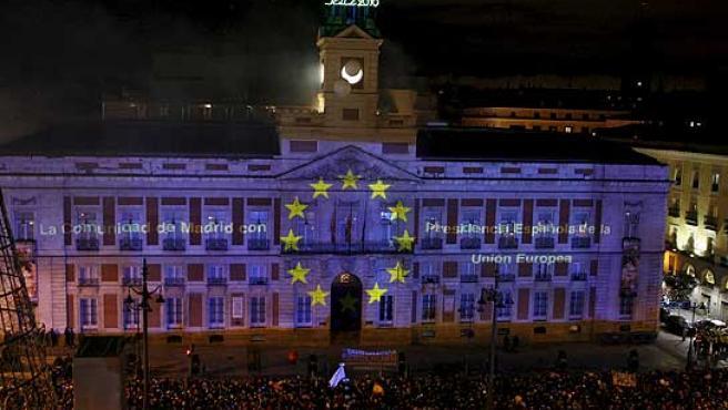 La Puerta del Sol recibe al año 2010 teñida de azul.