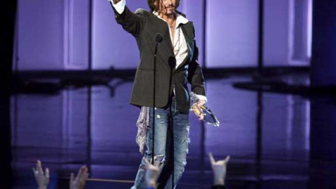 Johnny Depp sube al escenario para recoger su premio en la gala de los People's Choice Awards.