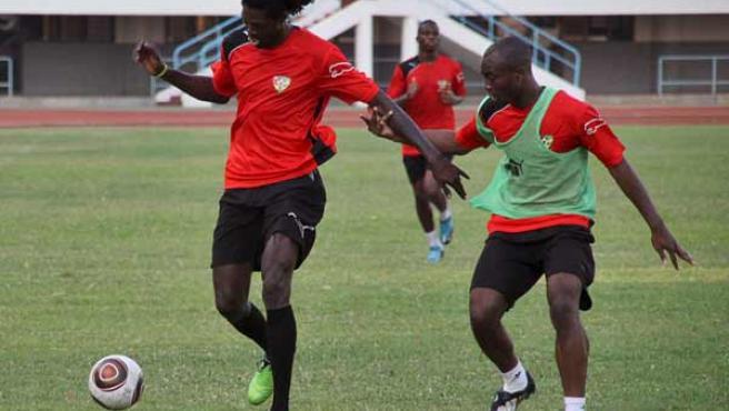 Fotografía de archivo de Emmanuel Adebayor entrenando junto a su compañero Serge Akakpo.