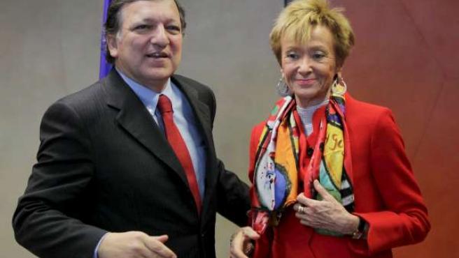 La vicepresidenta María Teresa Fernández de la Vega, junto al presidente de la Comisión Europea, José Manuel Barroso, este lunes en Bruselas.