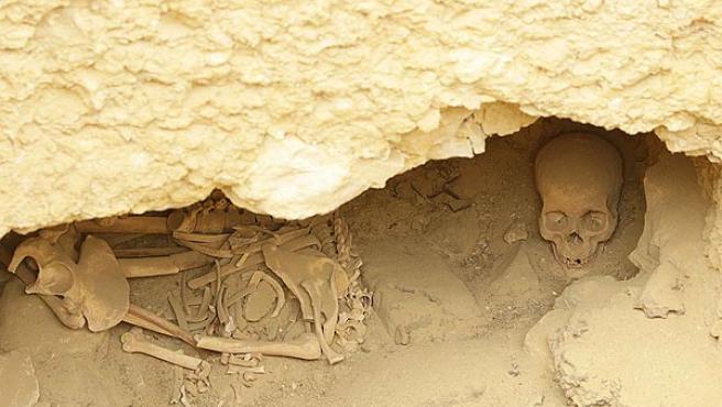 Huesos humanos en una tumba hallada junto a la pirámide de Jufu.