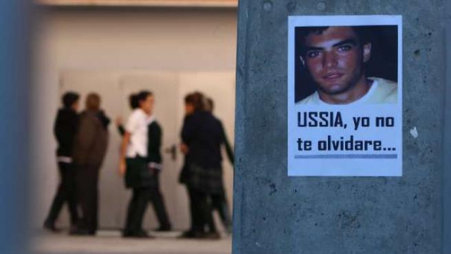 Un cartel en recuerdo a Álvaro Ussía en el colegio donde estudiaba.