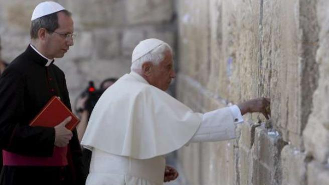 Benedicto XVI coloca su petición en el Muro de Las Lamentaciones.