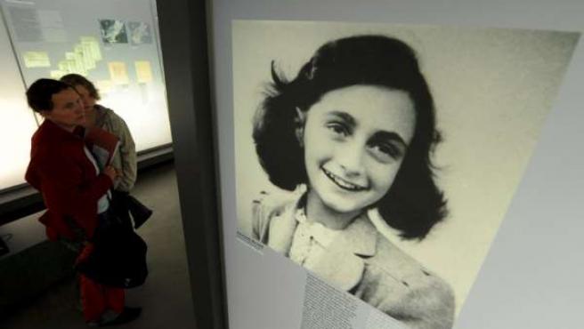 Imagen de la casa museo de en Bergen-Belsen (Alemania) que muestra una foto de Ana Frank.