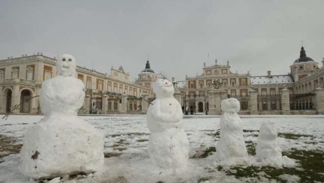 Varios muñecos de nieve a la entrada del Palacio Real de Aranjuez.