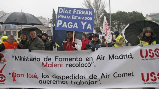 Los trabajadores de Air Comet, durante la concentración realizada este martes ante la sede del Ministerio de Fomento, en Madrid.