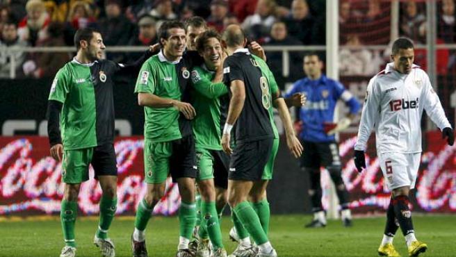 Los jugadores del Racing de Santander celebran el primer gol de su equipo, anotado por Sergio Canales, ante el Sevilla.