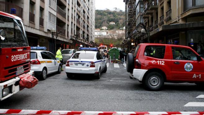 La calle Doctor Claudio Delgado del barrio de Gros fue acordonada y cortada al tráfico.