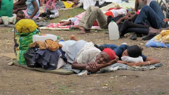 Miles de personas se han quedado sin hogar tras el terremoto que ha asolado Haití, como las personas de la imagen que duermen en un parque de la capital, Puerto Príncipe.