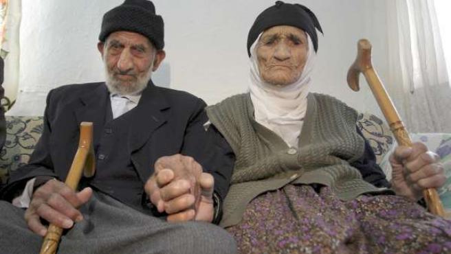Los turcos Abdullah y Elif Adigüzel, de 112 y 110 años, respectivamente, llevan 90 años casados.