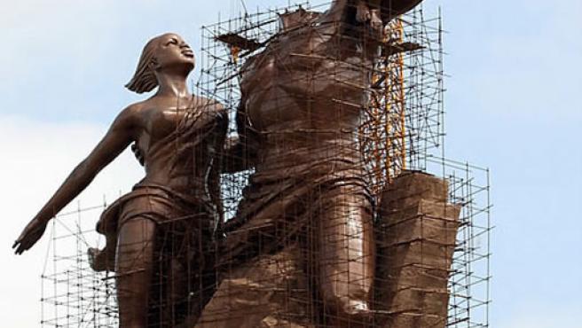 Obras de la estatua dedicada al 'Renacer africano'.