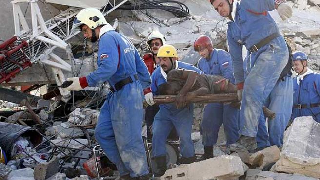 Un equipo ruso rescata a una de las víctimas del terremoto en Puerto Príncipe.