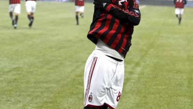 Ronaldinho, mediapunta del Milan, celebra uno de sus tres goles ante el Siena.