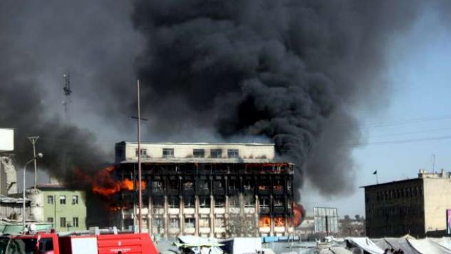 Una columna de humo emerge del interior de un edificio tras la explosión de un coche bomba este lunes en Kabul (Afganistán).