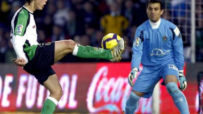 Sergio Canales, delantero del Racing de Santander, controla el balón ante Justo Villar, portero del Valladolid.