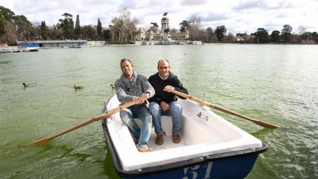 Iker Martínez (izda.) y Xabi Fernández reman en una barca del Parque de El Retiro, en Madrid.