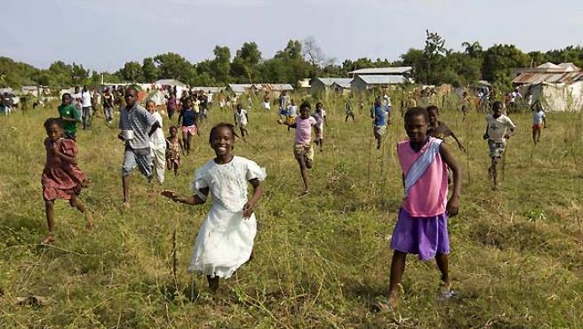 Varios niños haitianos corren a las afueras de Puerto Príncipe.