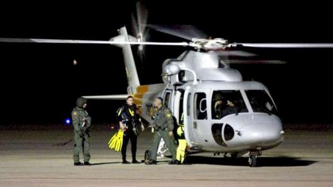 Un equipo de rescate aterriza en el aereopuerto de Almería durante las tareas de búsqueda de las tres personas desaparecidas tras caer al mar el helicóptero en el viajaban.