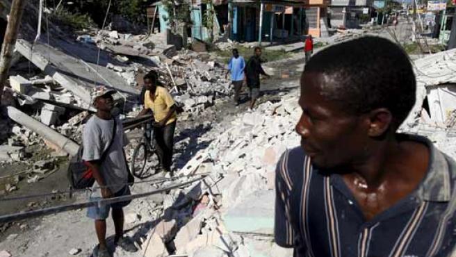 Una calle llena de escombros en la ciudad de Leogane ubicada a 60 kilómetros de la capital del país, Puerto Príncipe, también arrasada por el seísmo.