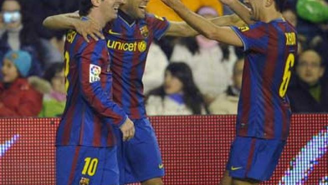 Dani Alves, Leo Messi y Xavi celebran uno de los goles del Barcelona ante el Valladolid.