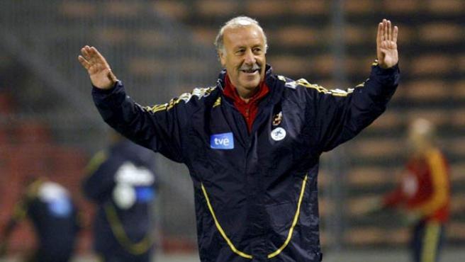 Vicente del Bosque da instrucciones a sus jugadores.