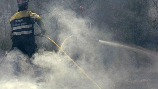 Labores de extinción del fuego en Horta.