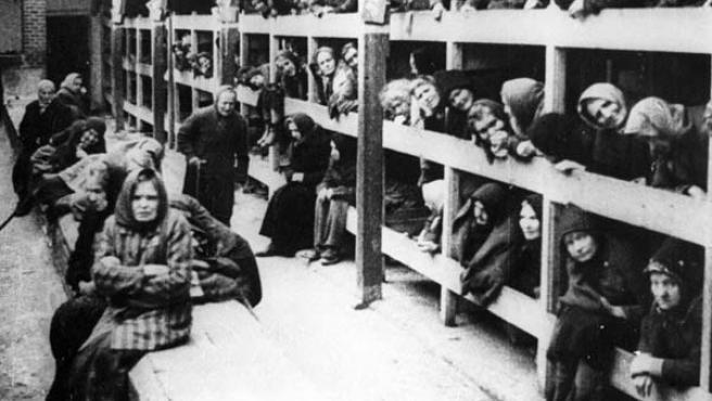 Prisioneros judíos en el campo de concentración nazi de Auschwitz.