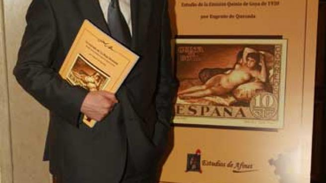 El autor del libro,0 Eugenio de Quesada, junto a una reproducción del polémico sello.