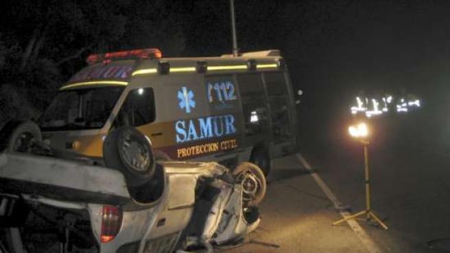 Estado en el que ha quedado el coche en el que viajaba un joven que ha fallecido tras salirse de la vía, chocar contra un árbol y volcar en la M-605.