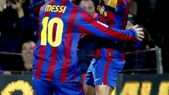 Leo Messi y Xavi Hernández celebran uno de los goles del Barcelona ante el Getafe.