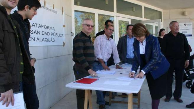 Los vecinos de Alaquàs han entregado las firmas recogidas en el municipio a la Conselleria de Sanidad.