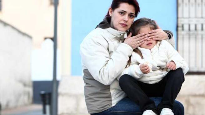 Raquel y su hija Lucía, este lunes en Villalbilla (Madrid).