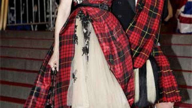 Sarah Jessica Parker y Alexander McQueen posan con uno de los modelos diseñados por el segundo en una foto tomada en 2006.