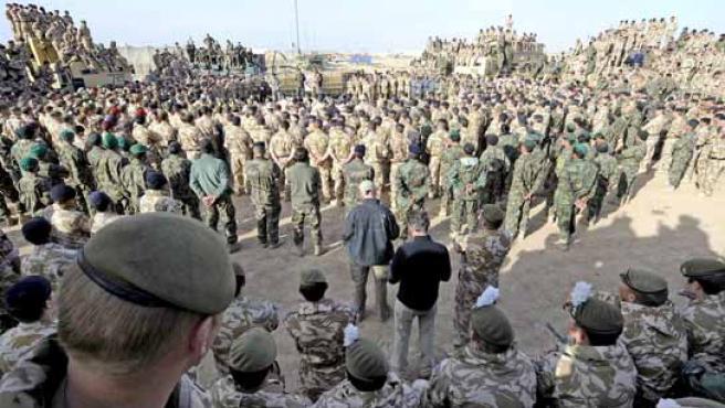 Soldados procedentes de seis países en una reunión con tres altos mandos que dirigen la ofensiva en Afganistán.