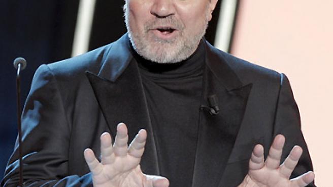 El director Pedro Almodóvar se dispone a entregar el galardón a la Mejor Película.
