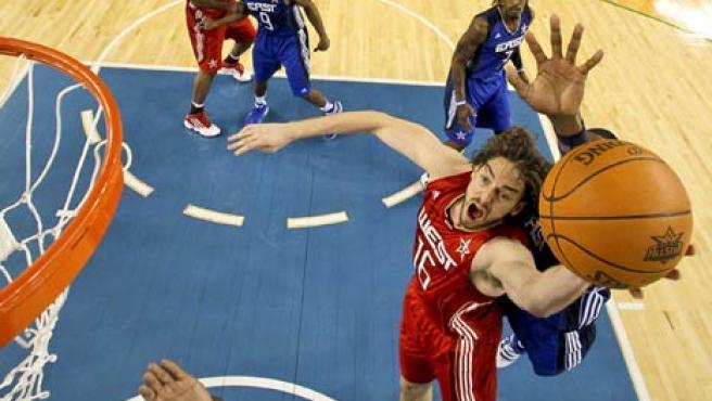 Pau Gasol, de la Conferencia Oeste, se perfila hacia la cesta, durante el Partido de las Estrellas de la NBA.