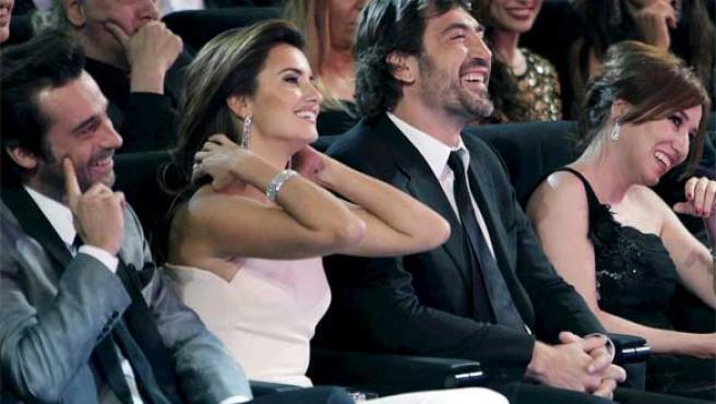 Penélope Cruz y Javier Bardem, junto a Jordi Mollá y Lola Dueñas, en la gala de los Goya.