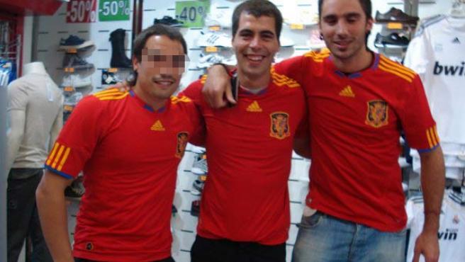 Jon Rosales (centro) y Adur Arístegui (derecha), en Facebook con la camiseta de la selección española de fútbol.