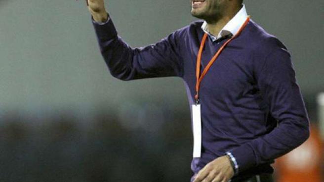 El entrenador del FC Barcelona, Pep Guardiola, da instrucciones a sus jugadores.