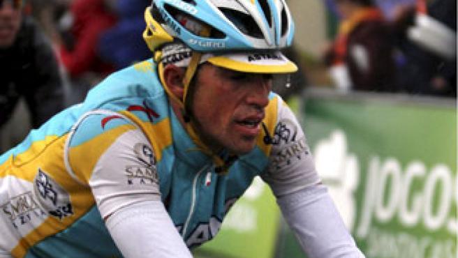 El ciclista español del equipo Astaná, Alberto Contador, pedalea durante la segunda etapa de la Vuelta al Algarve.